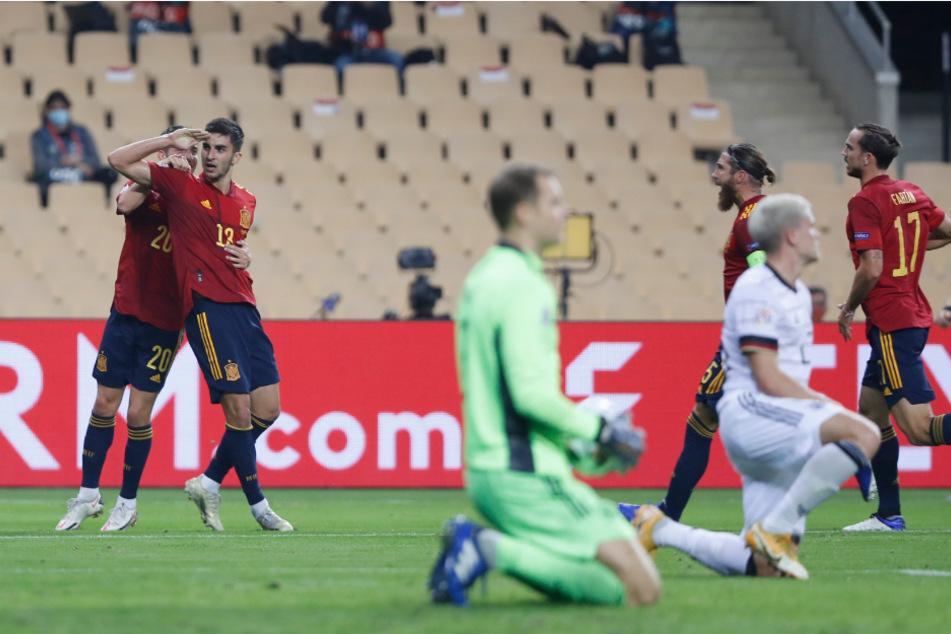 Während die Spanier ausgelassen jubeln, sind die Deutschen am Boden. Manuel Neuer (grünes Trikot) und Abwehrspieler Philipp Max (weißes Trikot) sind mal wieder geschlagen.