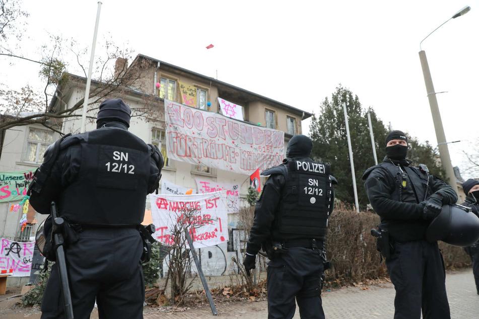 22. Januar: Polizisten stehen vor einem besetzten Grundstück in der Dresdner Neustadt.