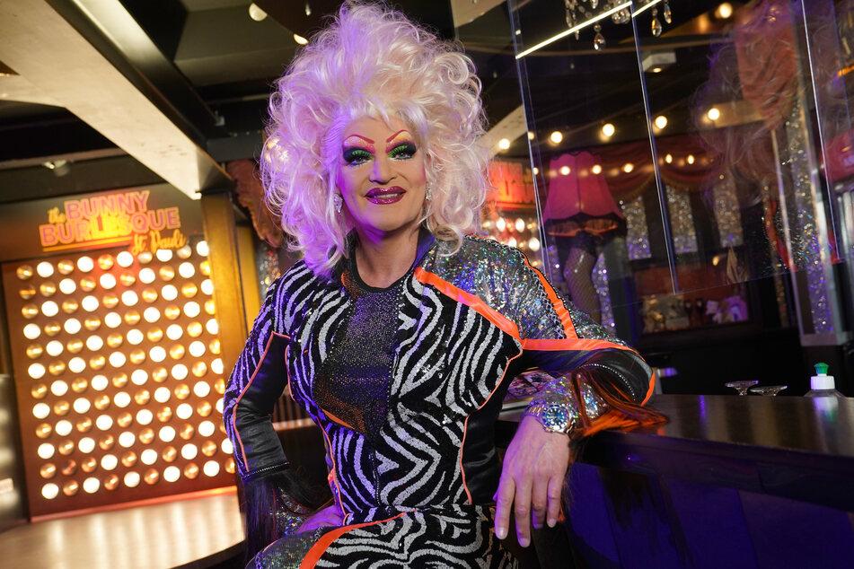 """Dragqueen Olivia Jones sitzt in ihrem Club """"The Bunny Burlesque St. Pauli"""" an der Bar."""