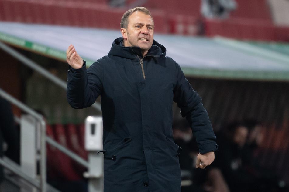 Trainer Hansi Flick (55) vom FC Bayern München muss die Belastung seiner Spieler steuern.