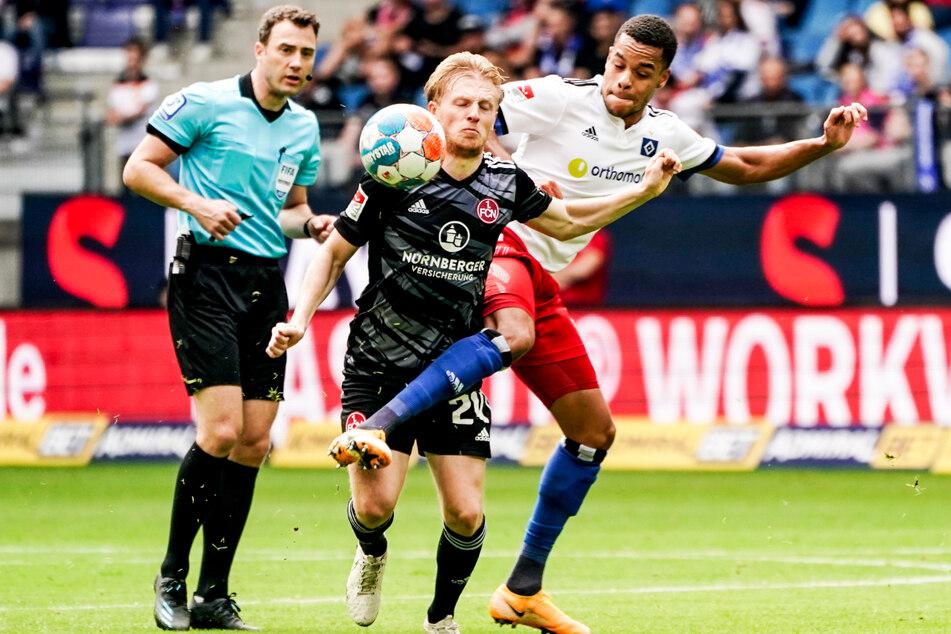 Hochintensive Partie: Der Hamburger SV und der 1. FC Nürnberg fighteten im Volksparkstadion um jeden Zentimeter. Hier streiten sich Hamburgs Jan Gyamerah (r.) und Nürnbergs Mats Moller Daehli (M.) um den Ball.