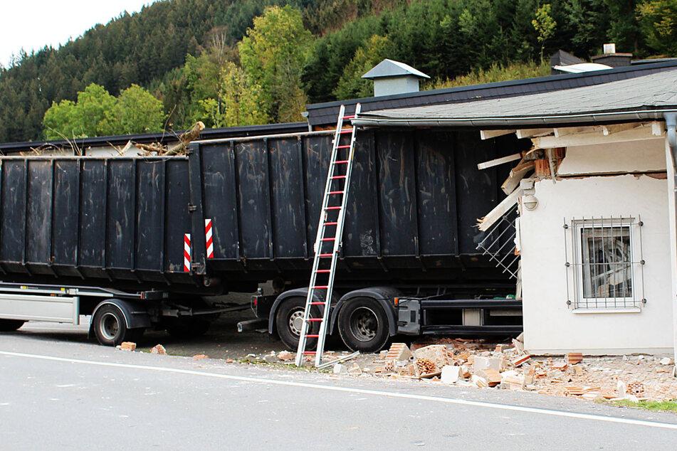 Tödlicher Unfall im Sauerland: Lkw kracht in Gebäude