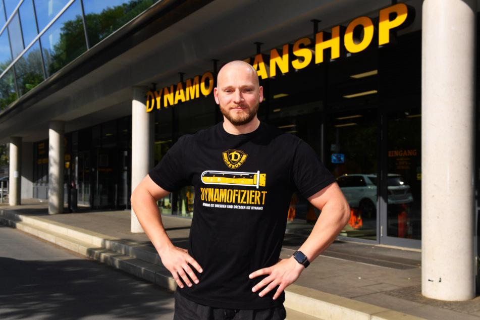 Felix Lorenz vor dem Fanshop. Trotz Krise ist das Geschäft Montag bis Freitag von 10 bis 18 Uhr geöffnet.