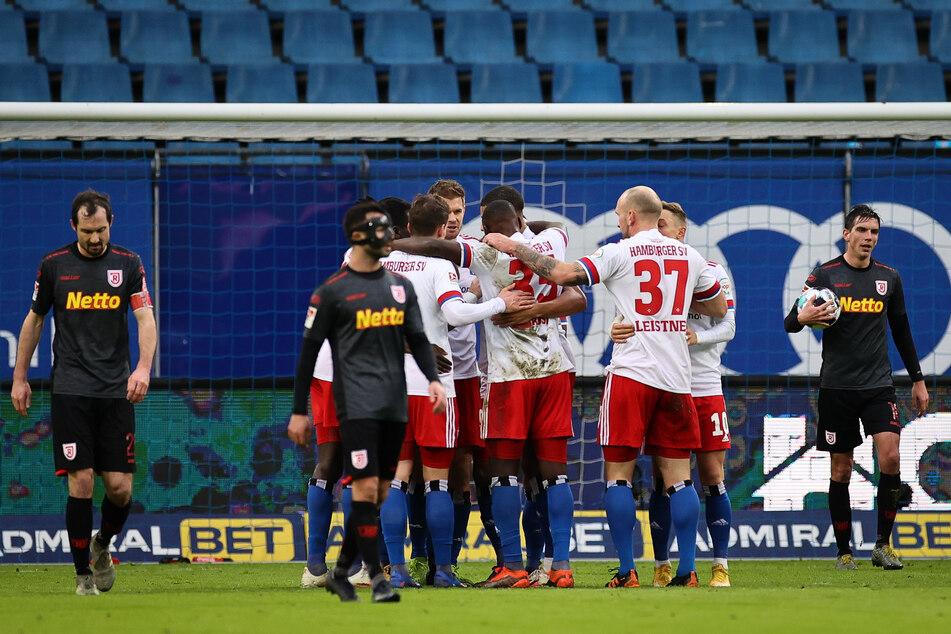 Die Spieler des HSV jubeln nach dem Abstauber-Tor von Torgarant Simon Terodde (verdeckt) gegen den SSV Jahn Regensburg.