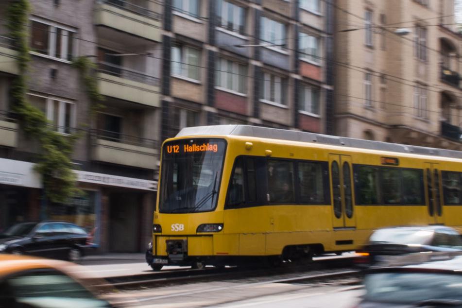 Eine Stadtbahn fährt durch Stuttgart.