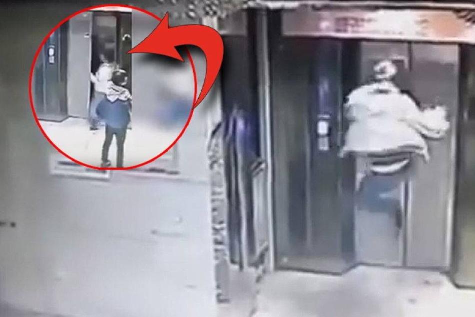 Mann tritt Fahrstuhltür ein und fällt in den Schacht