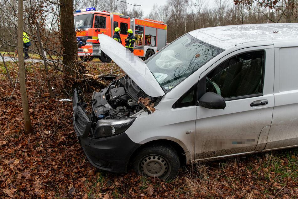 Ein Mercedes-Fahrer ist bei Rochlitz in einen Baum gekracht.
