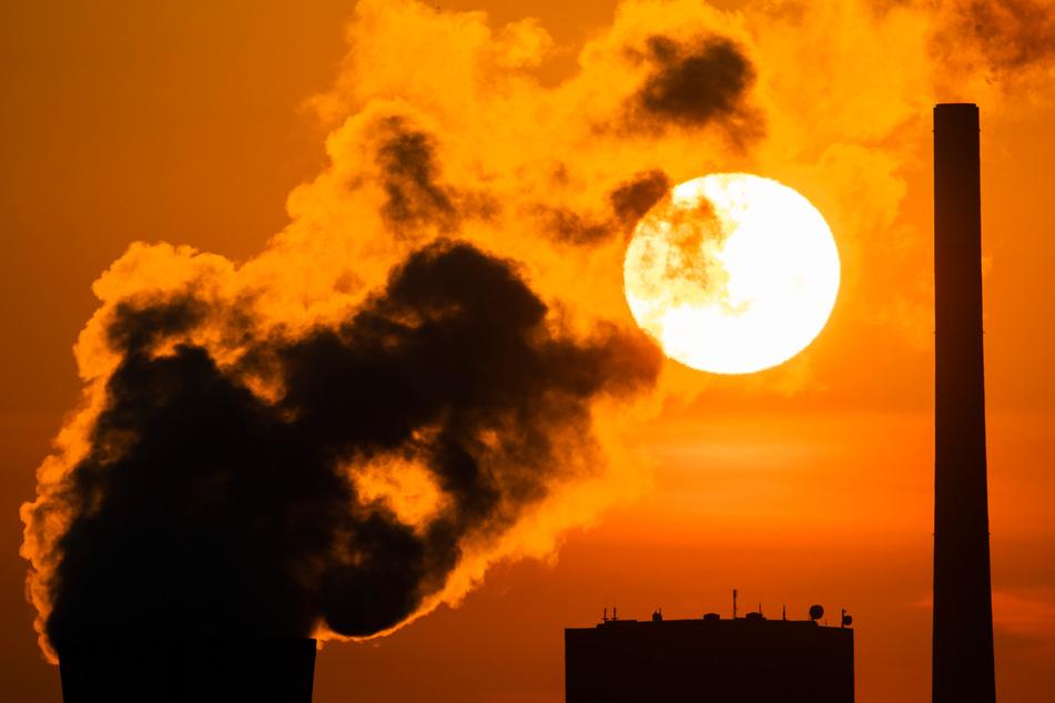 Die Sonne geht hinter dem Kohlekraftwerk Mehrum im Landkreis Peine auf. :