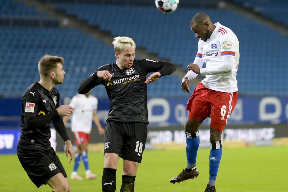 Die Osnabrücker Konstantin Engel (l.) und Niklas Schmidt (M.) kämpfen im Hinspiel mit HSV-Spieler David Kinsombi um den Ball. Für die Rothosen zählt im Rückspiel nur ein Sieg.