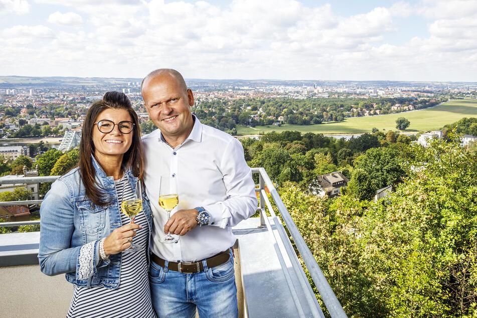Carsten Rühle (51) und seine Frau Carolin (39) stoßen auf den Geburtstag an. Für die Gäste gibt's im September 3- und 4-Gänge-Jubiläumsmenüs.
