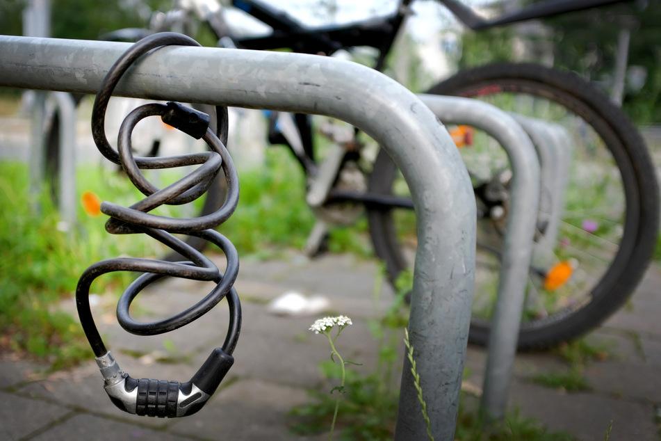 Angriff auf offener Straße: Mann würgt 21-Jährige mit Fahrradschloss