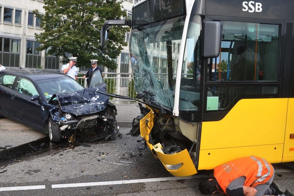 Unfall in Stuttgart zwischen einem Auto und einem Bus.