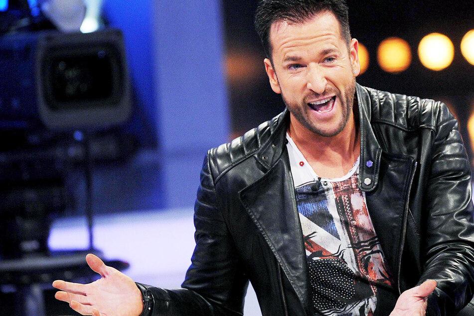 Der Sänger Michael Wendler (48) lächelt in einer TV-Show. (Archivbild)