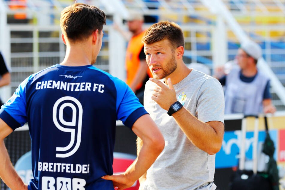 Daniel Berlinski (r., hier im Gespräch mit Danny Breitfelder) trifft am Sonntag zum ersten Mal in seiner Trainerkarriere auf einen Bundesligisten.