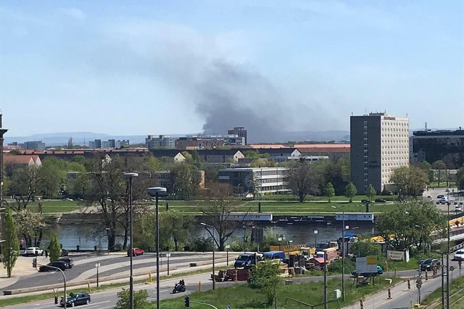 Ein Wohngebäude im Dresdner Stadtteil Prohlis steht in Brand.