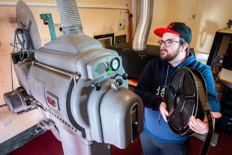 Auch ein alter 35-mm-Filmprojektor steht zur Vorführung bereit, wie Theaterleiter Michael Günther (30) demonstriert.