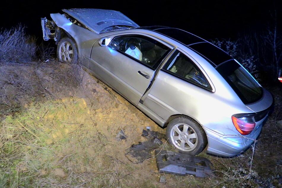 Die Mercedes C-Klasse ist mit einem Erdhügel kollidiert und schräg zum Stillstand gekommen.