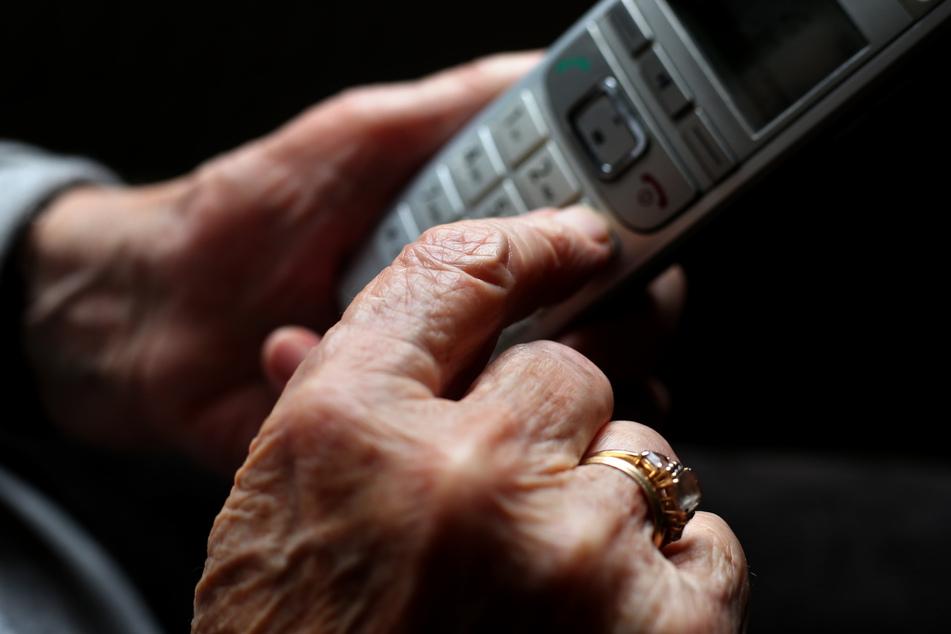 """Telefonbetrüger haben eine Seniorin (78) in Köln mit einer hinterlistigen Kombination der Betrugsmaschen """"Enkeltrick"""" und """"falscher Polizist"""" um ihre Wertsachen gebracht. (Symbolbild)"""