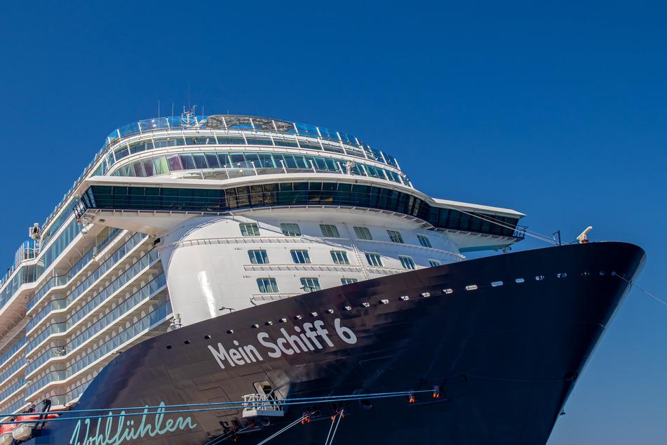 """Das Kreuzfahrtschiff """"Mein Schiff 6"""" liegt im Hafen."""