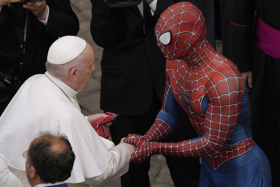 Ungewöhnlicher Handschlag im Vatikan: Der Papst und Spider-Man schüttelten sich am Mittwoch die Hände.