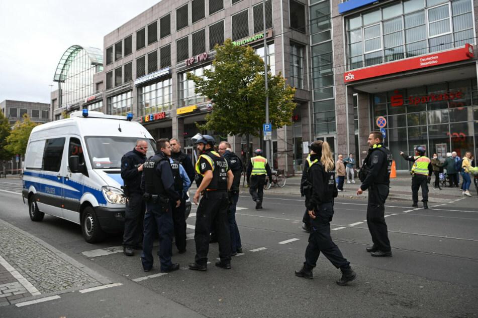 Einsatzwagen der Polizei stehen in der Bahnhofstraße vor dem Forum Köpenick. Vermutet wird ein Überfall oder ein versuchter Überfall auf eine Bankfiliale.