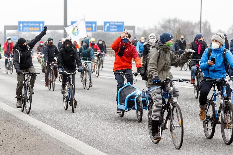 Mit Fahrraddemos durch Innenstädte und über Schnellstraßen von Nordrhein-Westfalen setzen sich Umweltschützer am Wochenende für die Verkehrswende ein. (Symbolbild)