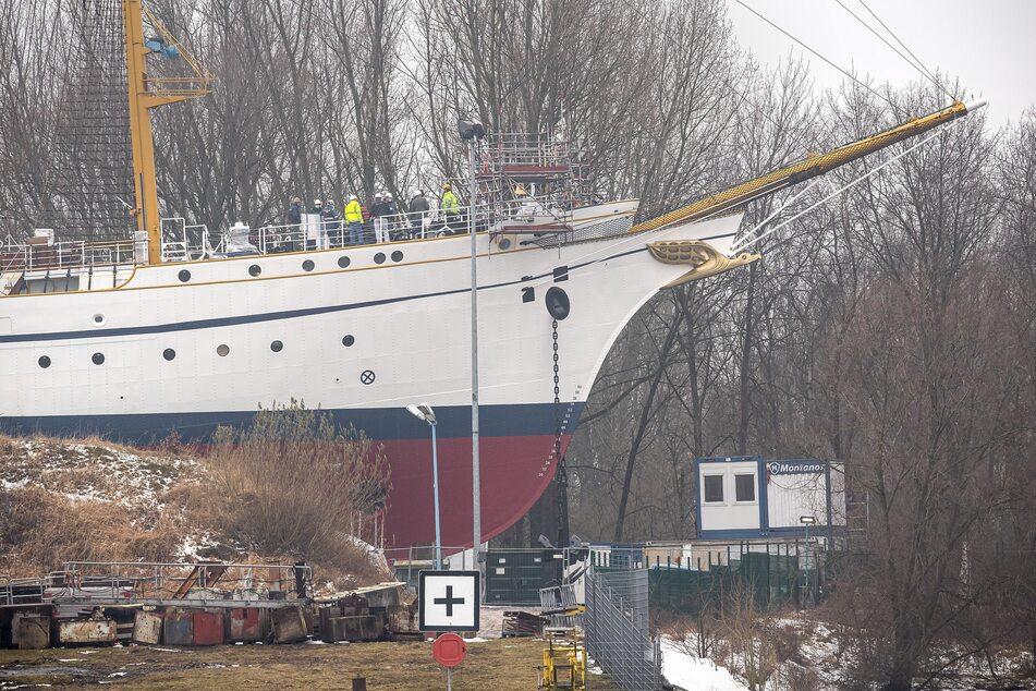 """Das Segelschulschiff """"Gorch Fock"""" liegt frei von Planen und Gerüsten in der Lürssen-Werft. (Archivbild)"""