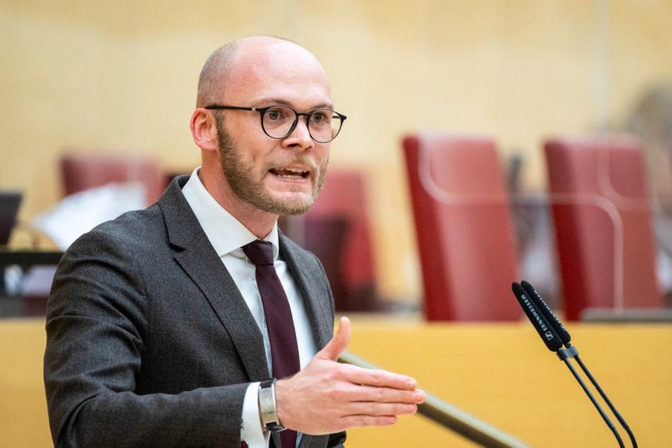 Fabian Mehring (32, Freie Wähler), Landtagsabgeordneter, spricht während einer Sitzung des bayerischen Landtags.