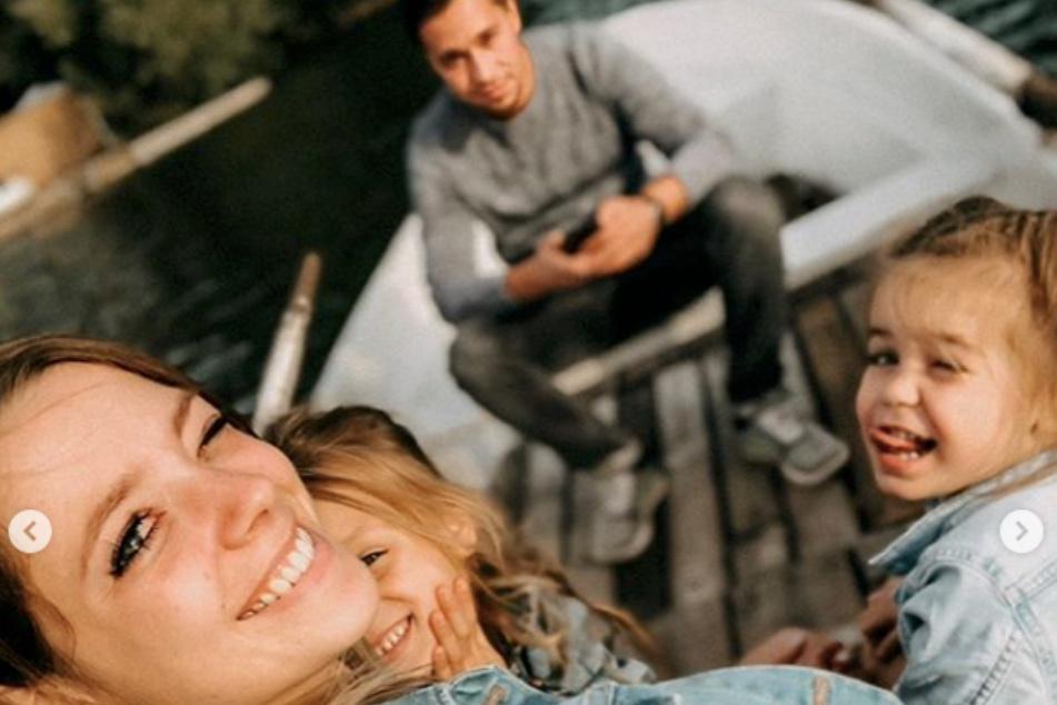 Anne Wünsche (28), ihre Töchter Juna (l.) und Miley (r.) und ihr Freund Karim gemeinsam im Urlaub.