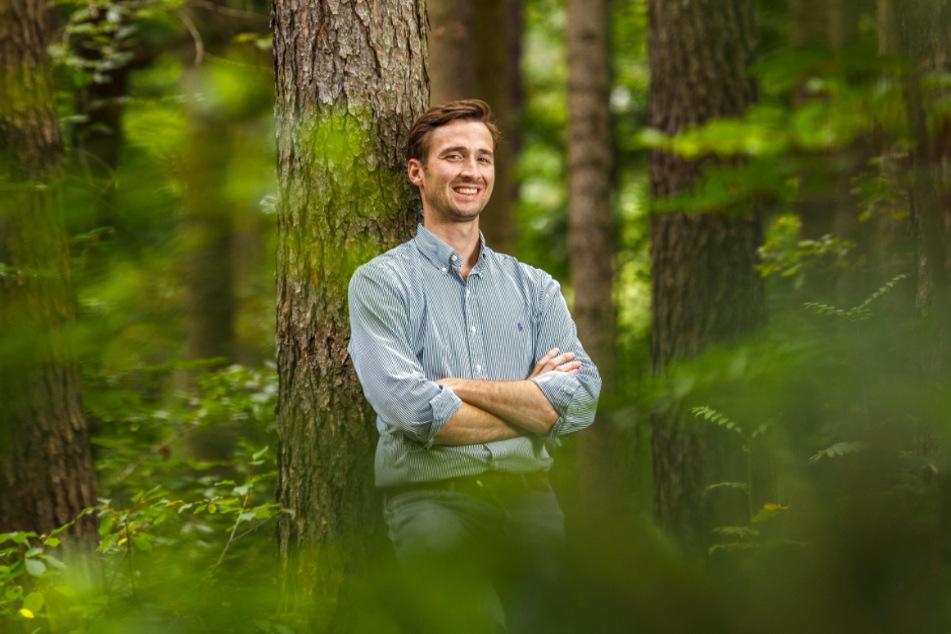 Unternehmer Johannes von Hertell (31) in seinem Wald. Hier sollen schon bald Menschen bestattet werden.