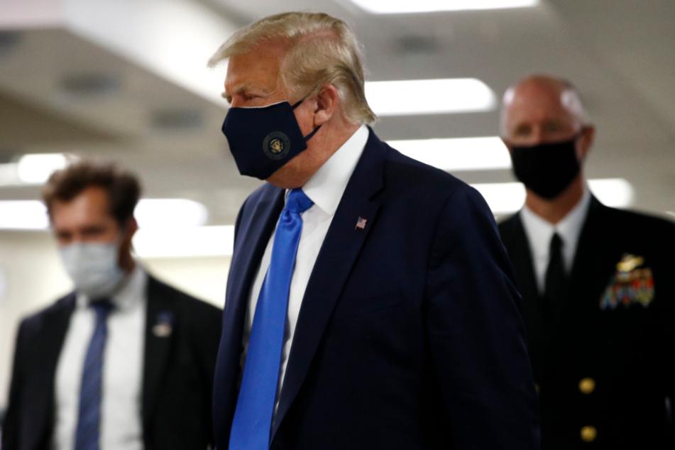 Bethesda: Donald Trump trägt während eines Besuches des Walter-Reed-Militärkrankenhauses einen Mund-Nasen-Schutz mit dem Siegel des Präsidenten.