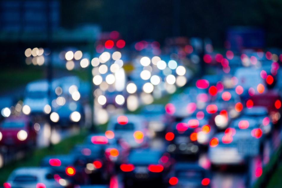 Am Montag hat ein umgekippter Getränke-Transporter im Autobahnkreuz Meerbusch ein Scherbenmeer und neun Kilometer Rückstau verursacht. (Archivbild)