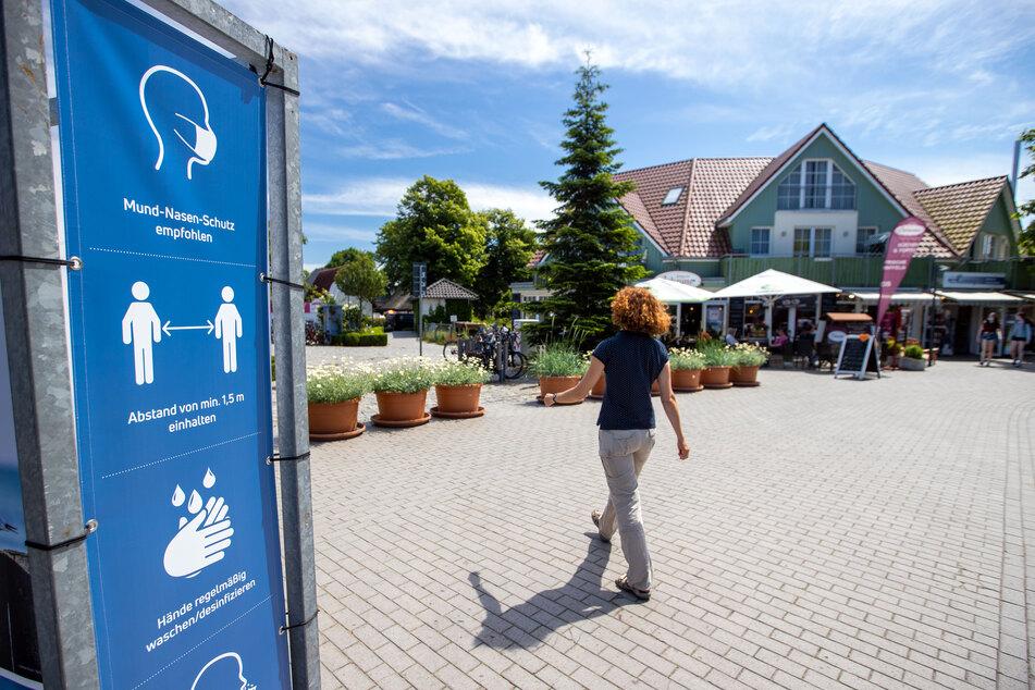 Hinweisschilder der Kurverwaltung zu den als Corona-Schutzmaßnahme vorgeschriebenen Sicherheitsabständen und anderen Empfehlungen hängen an der Strandpromenade in Zingst.
