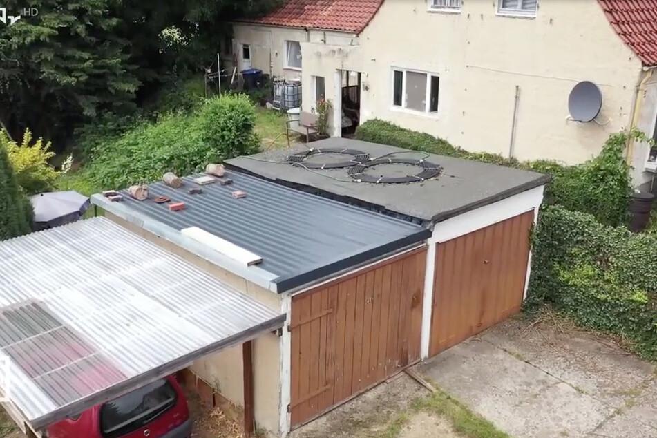 Die angeblichen Dachdecker machten sich an dem Garagendach zu schaffen. Als sie fertig waren, war es beschädigter als vorher.