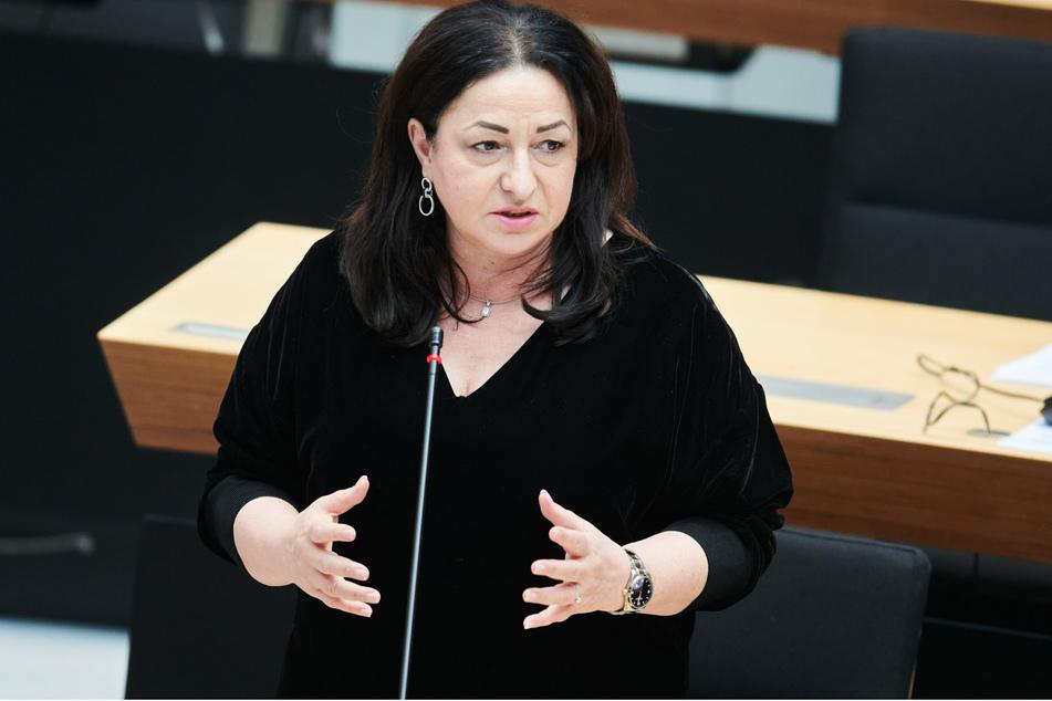 Berlins Gesundheitssenatorin Dilek Kalayci (SPD) spricht in der aktuellen Fragestunde in der Plenarsitzung des Berliner Abgeordnetenhauses.