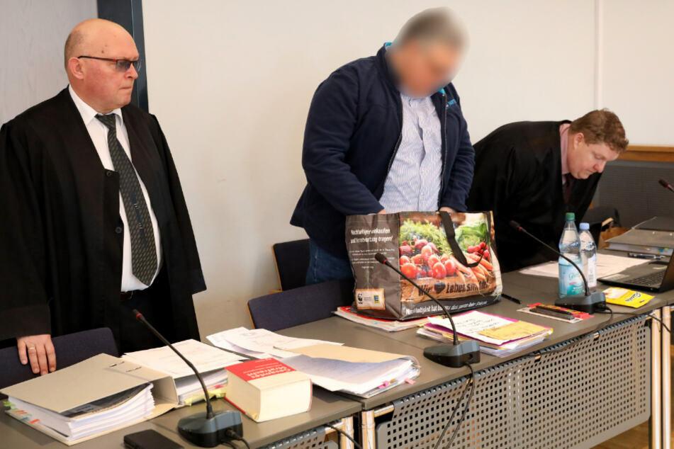 Der Angeklagte (M) im Prozess um den Foltertod einer jungen Frau aus Alt Rehse kommt in den Saal des Landgerichts. (Archivbild)