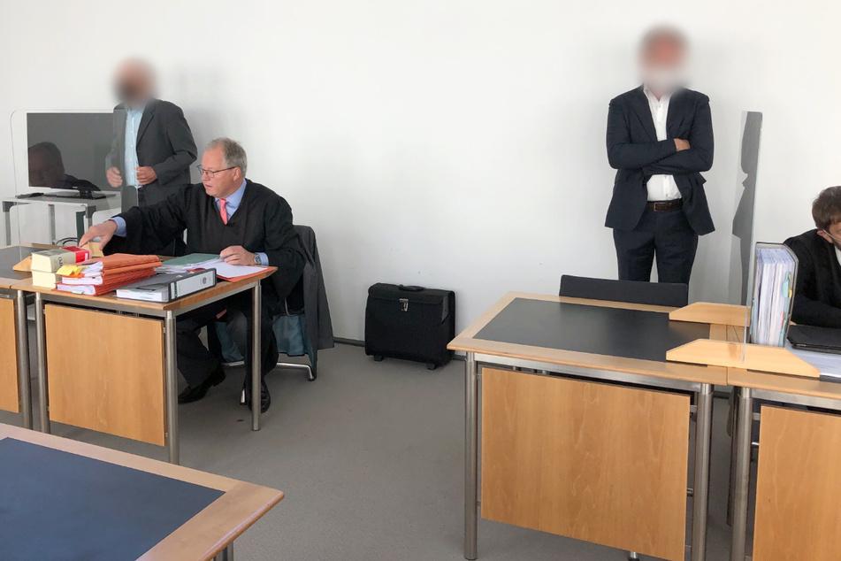 Den Angeklagten (1.v.l. sowie 3.v.l.) wird vorgeworfen, ihre Sorgfaltspflicht verletzt zu haben.