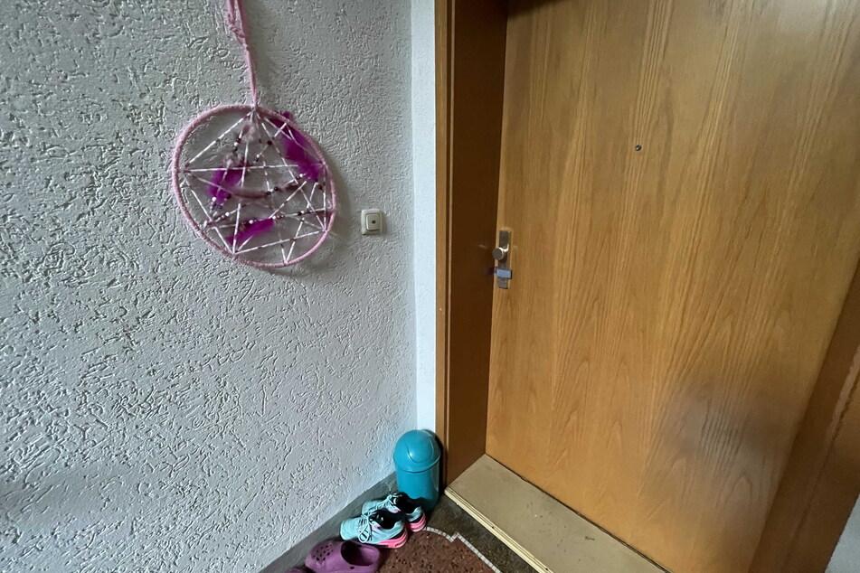 Hinter dieser Tür soll das furchtbare Verbrechen passiert sein, bei dem eine Frau und ihr kleiner Sohn starben.