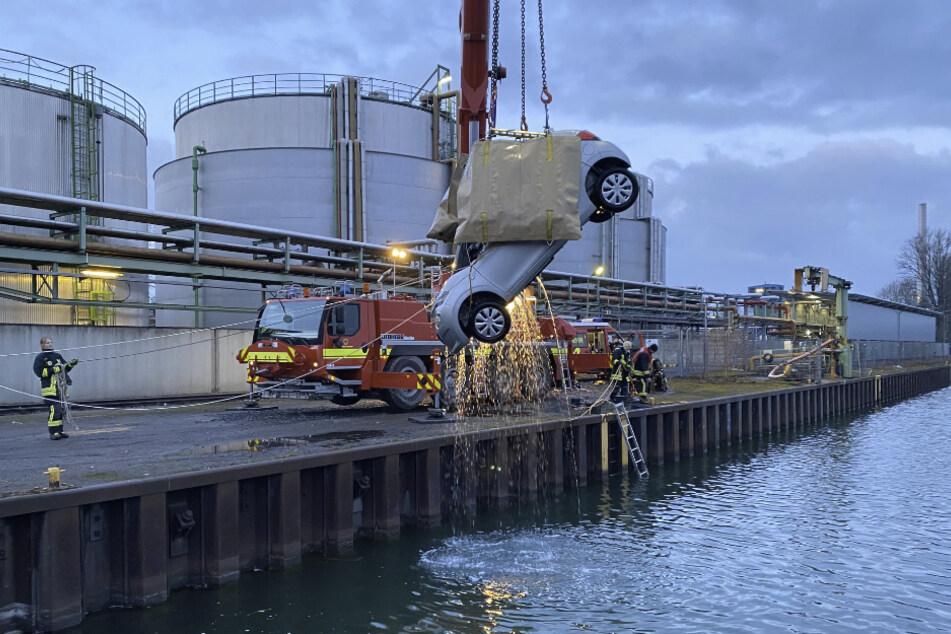 Unfall in Dortmund: Ein Auto wird aus einem Hafenbecken geborgen.