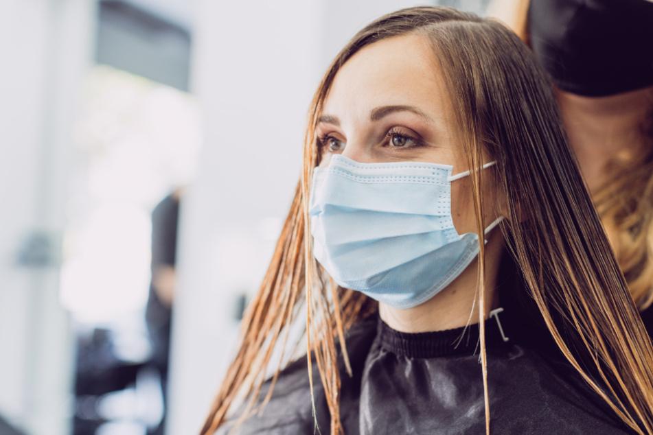 Inzidenz 50 bis 100: Friseure dürfen öffnen, aber es gilt verschärfte Maskenpflicht.