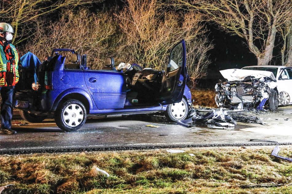 Frau schwebt nach heftigem Frontal-Crash in Lebensgefahr, drei weitere Verletzte