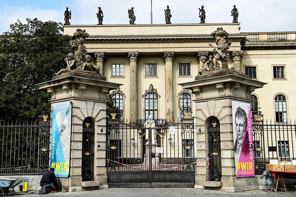 Der Haupteingang der Humboldt-Universität. An der Hochschule spielte sich der rassistische Vorfall ab. (Archivbild)