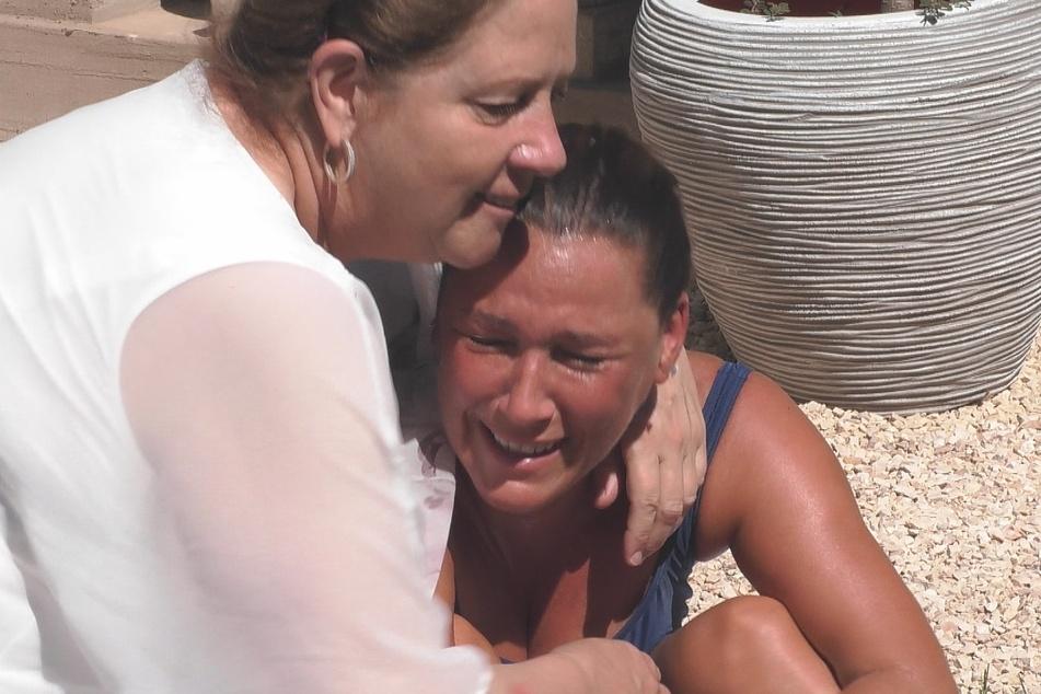 Nächstes Tränen-Drama im Märchenschloss: Ex-Spielergattin Simone Mecky-Ballack (44, r.) lässt sich von Hobby-Köchin Kathy Kelly (57) trösten.
