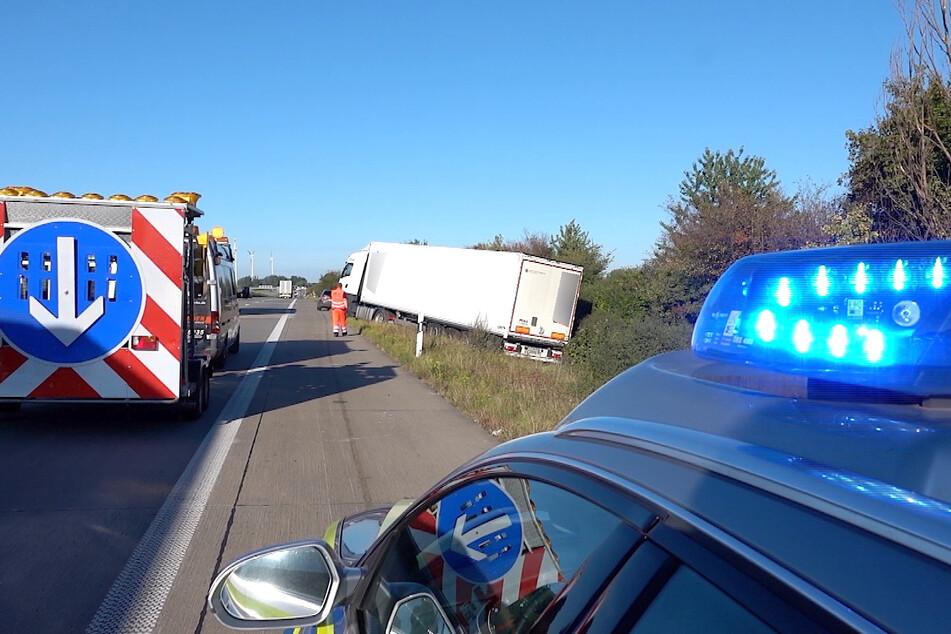 Unfall A2: Sekundenschlaf auf der A2? Lastwagen landet im Graben