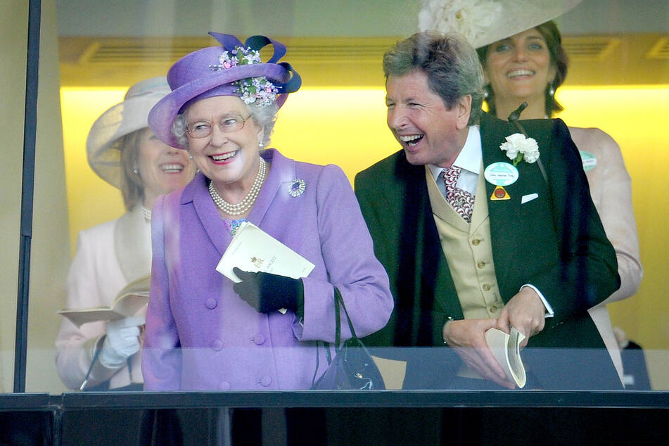 Die britische Königin Elizabeth II. und ihr Berater John Warren. (Archivbild)