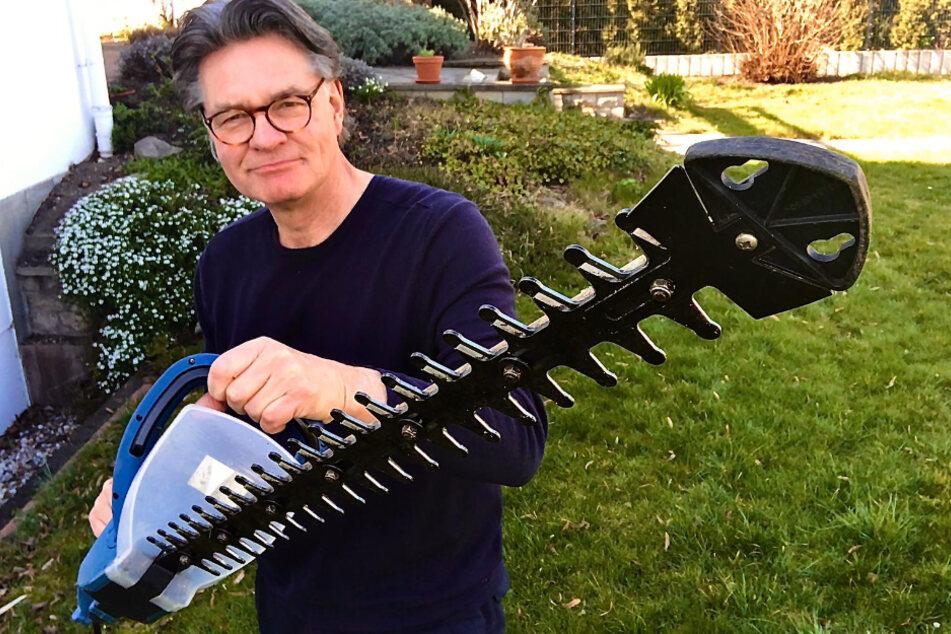 Peter Escher (65) ging im Garten gleich richtig zur Sache - räumte mit der Kettensäge auf.