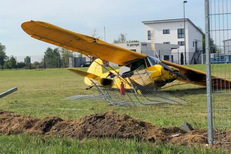 Landeanflug geht gewaltig schief: Flugzeug kracht in Zaun
