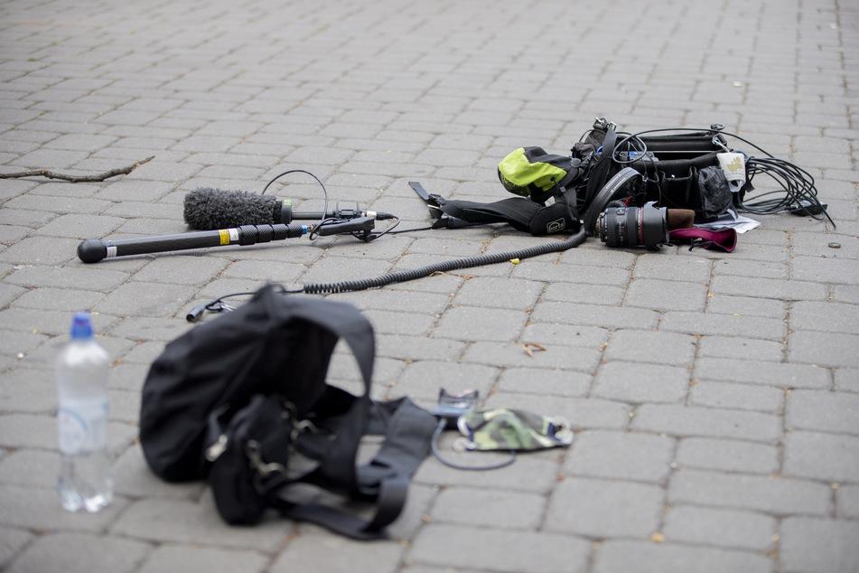 Die Ausrüstung eines Kamerateams liegt nach einem Übergriff am 1. Mai zwischen Alexanderplatz und Hackescher Markt auf dem Boden.