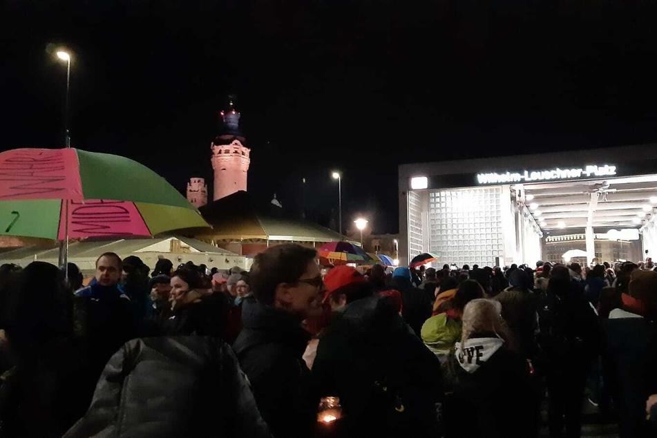 Die rund hundert Demonstranten am Wilhelm-Leuschner-Platz werden zum Gehen aufgefordert.