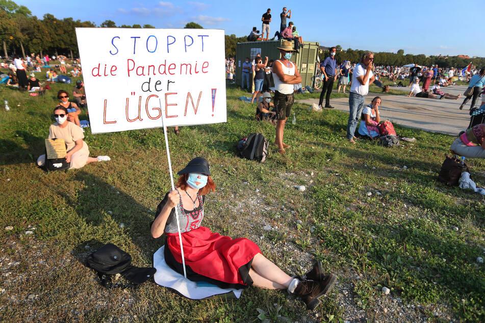 In vielen deutschen Großstädten demonstrieren Menschen gegen die Corona-Maßnahmen – bald auch in Düsseldorf.